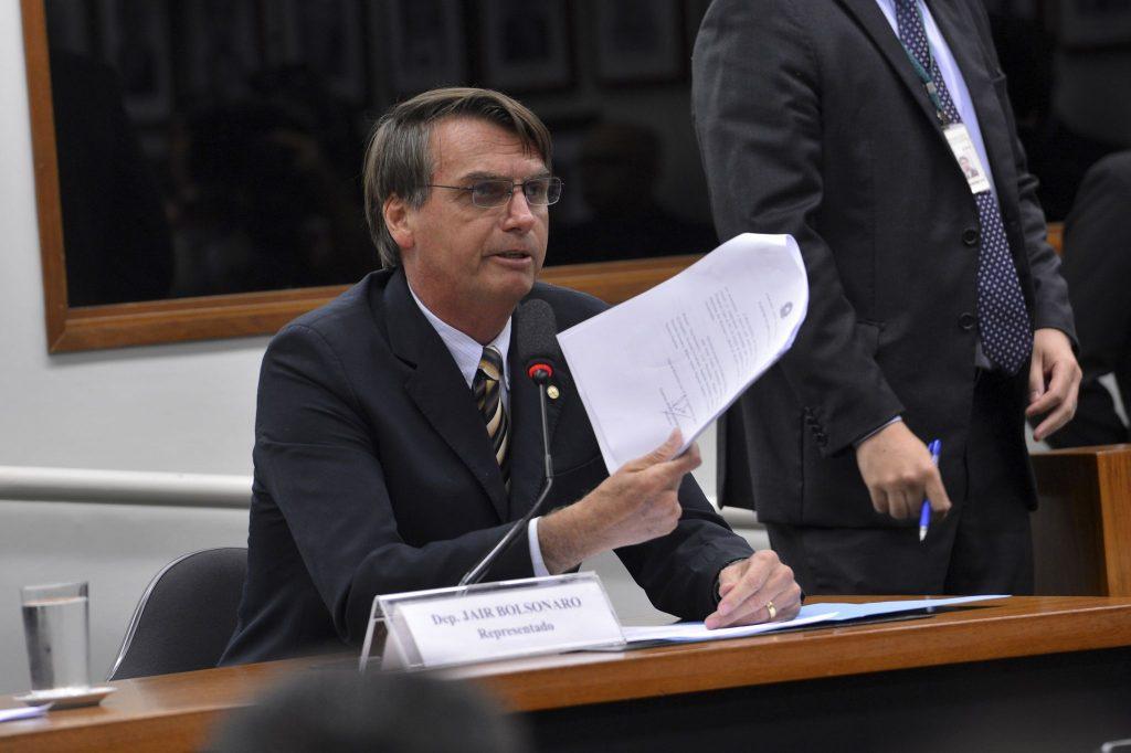 Aconselhado por Paulo Guedes, Bolsonaro tenta mudar imagem e ...