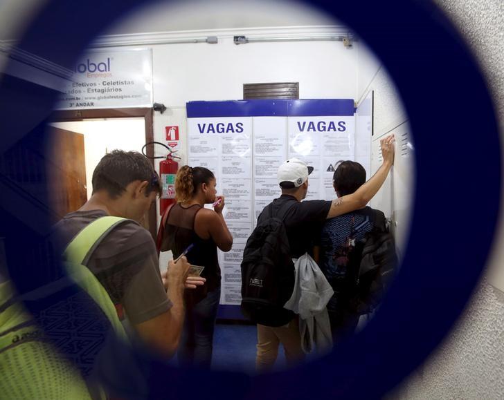Apesar de pandemia, Brasil cria 142 mil vagas com carteira assinada em 2020