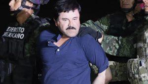 """Narcotraficante Joaquín """"El Chapo"""" Guzmán é conduzido a helicóptero da marinha mexicana"""