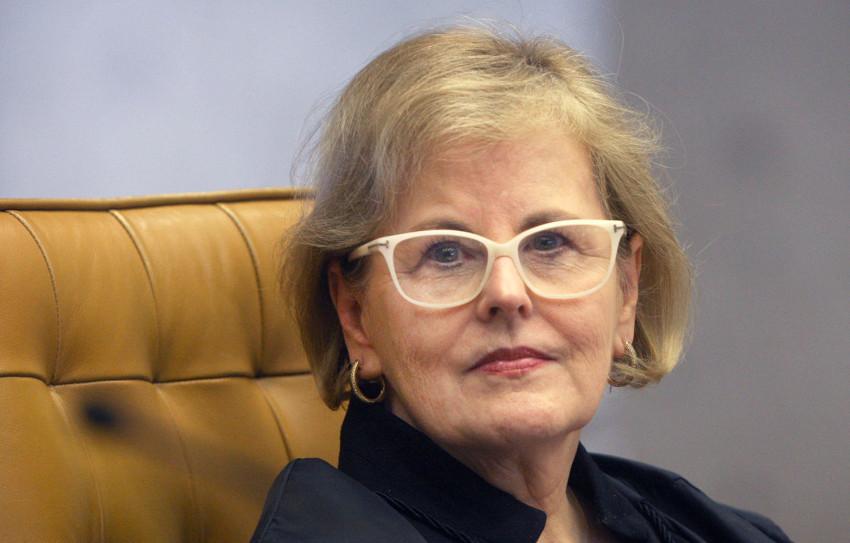 Ministra de óculos no plenário do STF