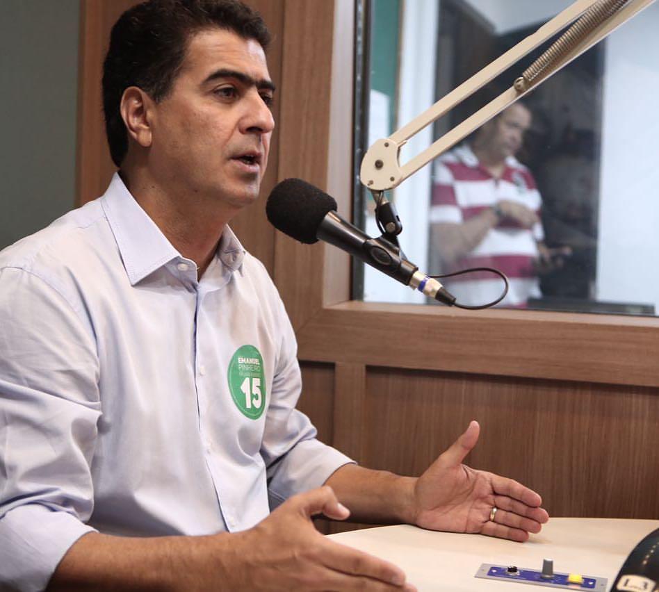 O prefeito de Cuiabá, Emanuel Pinheiro, falando ao microfone