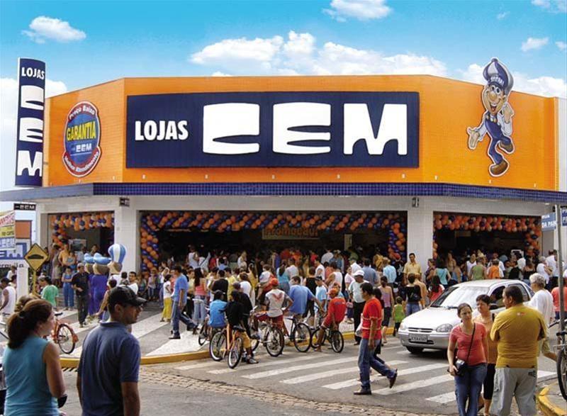 Faixada da Lojas Cem com clientes na porta