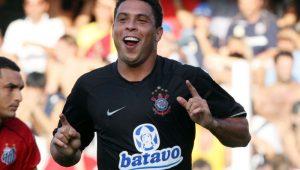 Golaço de Ronaldo na Vila faz 11 anos; reveja como o Fenômeno 'destruiu' no Corinthians