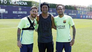 Jornal catalão critica Ronaldinho por não apontar Messi como maior da história