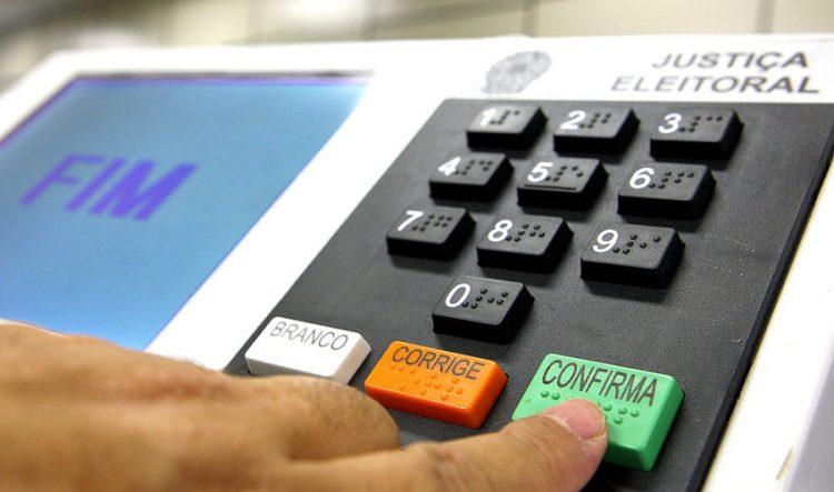 Eleitor confirma voto em urna eletrônica