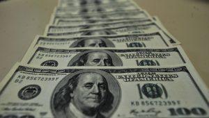 Dólar supera R$ 4,16 e fecha no maior valor em três semanas