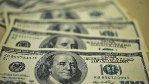Avanço da pandemia e risco fiscal afundam Ibovespa; dólar vai a R$ 5,44