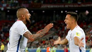 Vidal e Sánchez comemoram o segundo gol da seleção chilena