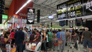 Pessoas dentro do supermercado