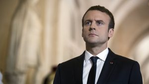 Emmanuel Macron passa por galeria dos bustos no Palácio de Versalhes antes de pronunciamento frente a um legislativo desconfortáve