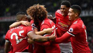 jogadores do Manchester United se abraçam após gol