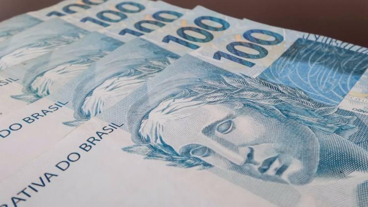Cédulas de R$ 100 espalhadas