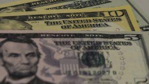 Dólar vai a R$ 5,76 com cenário externo e expectativa com alta da inflação; Bolsa cai