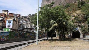 RJ - TIROTEIO ROCINHA/ZONA SUL - GERAL - Intenso tiroteio num dos acessos à favela da Rocinha, na Zona Sul do Rio de Janeiro (RJ), fecha a autoestrada Lagoa-Barra nos dois sentidos, na manhã desta sexta-feira (22). As pessoas que cruzavam a passarela sobre a via expressa, perto do Túnel Zuzu Angel, em São Conrado, se jogaram no chão para se proteger dos disparos. Em meio aos tiros, um grupo ateou fogo em objetos que foram jogados na pista da autoestrada, também próximo ao Zuzu Angel