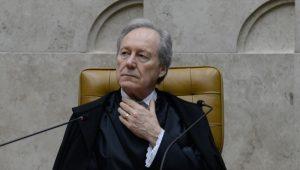 ministro ricardo lewandowski com a mão no pescoço e olhando para o lado