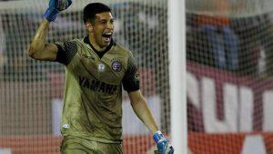 Com o braço erguido, o goleiro Andrada, do Lanús, comemora a vitória da equipe