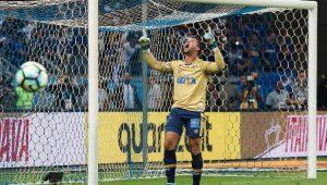 De braços erguidos, goleiro Fábio comemora defesa de pênalti que deu o título da Copa do Brasil ao Cruzeiro