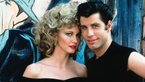 John Travolta e Olivia Newton-John revivem personagens de 'Grease'