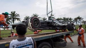 Carro de Romain Grosjean sendo guinchado após acidente no treino livre para o GP da Malásia