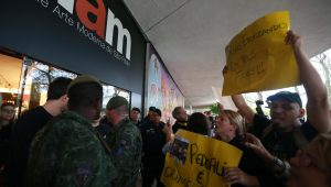 Manifestantes protestam contra performance artística no MAM