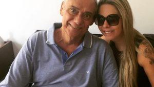 Marcelo Rezende ao lado da namorada Luciana Lacerda
