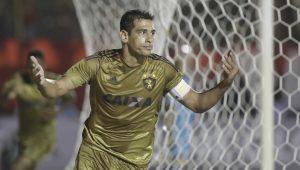 Diego Souza comemora o belo gol de falta que abriu o caminho para a vitória do Sport, no Barradão