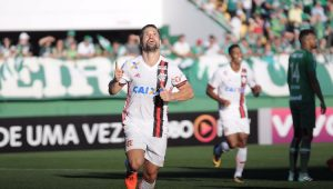 Diego comemora o gol anotado diante da Chapecoense, pela 28ª rodada do Campeonato Brasileiro
