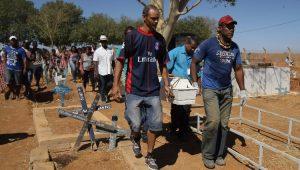 Crianças são enterradas após tragédia em Janaúba
