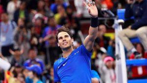 Rafael Nadal acena aos torcedores após vitória