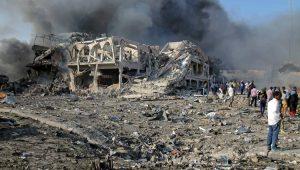 Moradores em frente ao Safari Hotel, em Mogadíscio, capital da Somália, após explosão de caminhão-bomba