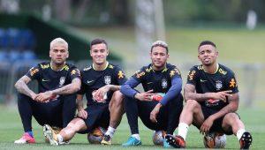 Daniel Alves, Philippe Coutinho, Neymar e Gabriel Jesus sentados em cima de bolas de futebol