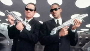 """Tommy Lee Jones e Will Smith em cena de """"Homens de Preto"""""""