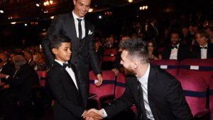 Cristiano Júnior, filho de Cristiano Ronaldo, cumprimenta Lionel Messi durante premiação da Fifa