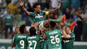 Zé Roberto é ovacionado pelos companheiros de Palmeiras, em sua última partida da carreira