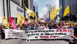 Movimentos sociais e sindicais realizam protesto contra os cortes na habitação, na Avenida Paulista,