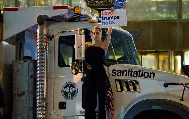 Lady Gaga já protestava contra Trump desde 2016 (Foto: Reprodução / Twitter)