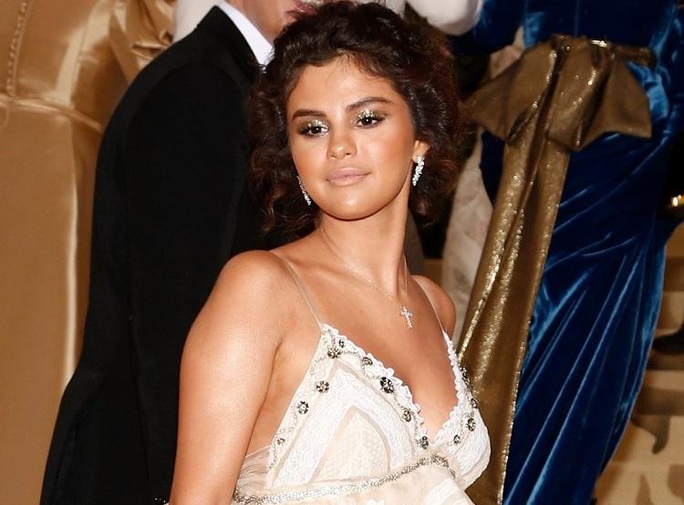Selena Gomez fala sobre pele laranja no MET Gala