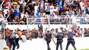 Torcedores da Ponte Preta durante invasão de campo no Estádio Moisés Lucarelli