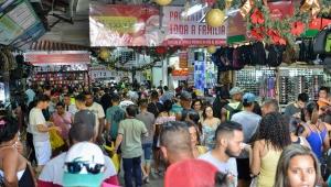 Sete em cada dez brasileiros vão comprar presentes no Natal, diz SPC