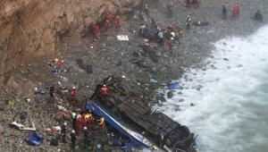 """Ônibus ficou de cabeça para baixo, à beira do mar, em uma área """"completamente inacessível"""" e que está sendo invadida pela água com o aumento da maré"""