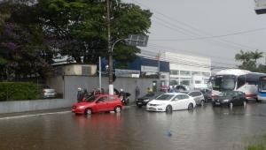 Motoristas ficham ilhados em trecho da Marginal Pinheiros, na zona sul da capital