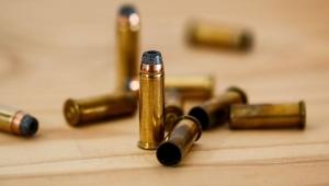 Jovem de 23 anos morre atingido por bala perdida dentro de casa no Rio