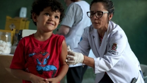 Menino sendo vacinado