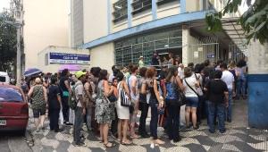Fila para tomar a vacina contra a Febre Amarela no Posto de Saúde de Santa Cecília