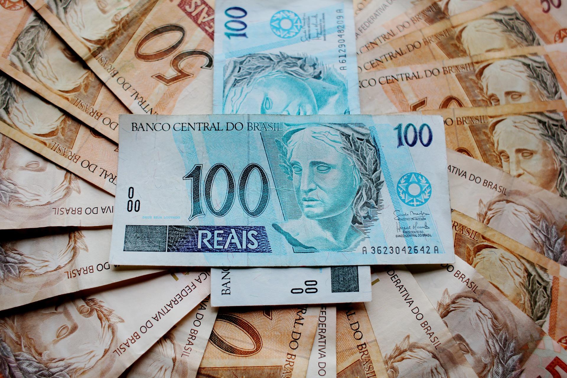 Cédulas de 50 e 100 reais organizadas em espiral