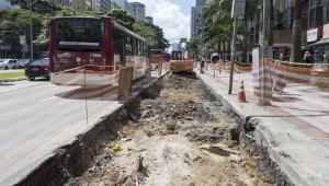 Obra inacabada em corredor de ônibus da Avenida Faria Lima