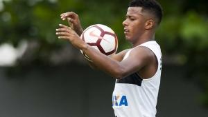 Arthur Gomes durante treino no Santos