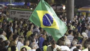 Bandeira do Brasil é segurada por manifestantes