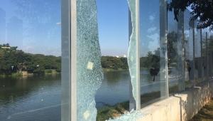 Vitrine de Doria na Prefeitura, muro de vidro da USP está abandonado