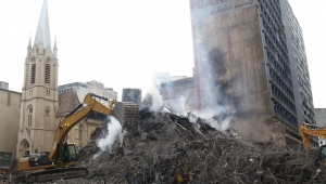 Bombeiros de SP passam a usar máquinas pesadas para retirar escombros de prédio